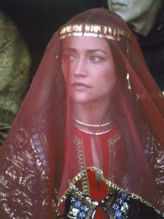 Olivia Hussey in Ivanhoe was my idol when I was a teenager. Olivia Hussey, Zeffirelli Romeo And Juliet, Middle Ages Clothing, Leonard Whiting, Middle Age Fashion, Fairy Tale Costumes, Noble Knight, Vogue, Fantasy Dress
