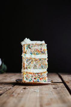 funfetti vanilla cake with vanilla butter cream funfetti vanillekuchen mit vanillebuttercreme Beautiful Cakes, Amazing Cakes, Cake Base Recipe, Bake My Cake, Funfetti Cake, Buttercream Frosting, Vanilla Cake Frosting, Cake Flour, Cream Recipes