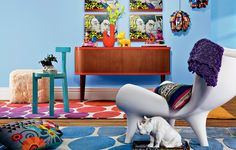 Cores vibrantes elevam o astral da casa. Com elas, acessórios divertidos, como os quadros de pop art que parecem história em quadrinhos, a planta no tênis, as luminárias feitas com latas e o cofre em forma de rinoceronte. Produção de Regiane Mancini