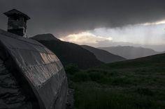 https://flic.kr/p/Jx821x | retoque-R0018411 | Cabaña de Ardonés en Cerler, valle de Benasque. Pirineo aragonés. Tormenta sobre el macizo de Posets.