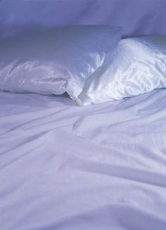 Como limpar fronhas de travesseiros amareladas | eHow Brasil