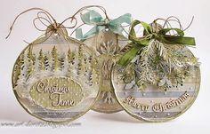 Kerstlabels in de vorm van kerstballen. Decoratie voor in de kerstboom.