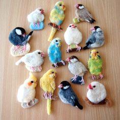 ブローチ風羊毛フェルト絵のインコと文鳥