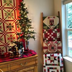 Country Christmas Quilts Country Quilted Christmas Stockings Cozy Little Quilts It Is Starting To Look Like Country Quilted Christmas Stockings Quick Country Christmas Quilts Country Christmas Quilt Primitive Christmas, Country Christmas, Christmas Home, Christmas Ideas, Quilt Ladder, Barn Quilts, Quilt Hangers, Quilt Racks, Colchas Quilting