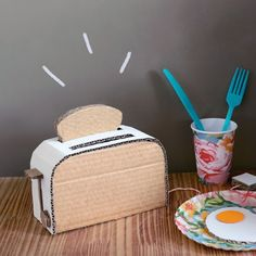 See how to make this cute cardboard toaster! (in Portuguese) Cardboard Sculpture, Cardboard Crafts, Handmade Christmas Gifts From Children, Diy Toys And Crafts, Diy Valentine's Mailbox, Diy Play Kitchen, Diy Calendar, Barbie Doll House, Paper Roll Crafts