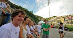 18.jun.2012 - Um grupo de 50 jovens de 20 países visitaram o Vidigal para realizar oficinas, jogos, danças. O grupo está pela segunda vez no Brasil, participando das atividades da Rio +20