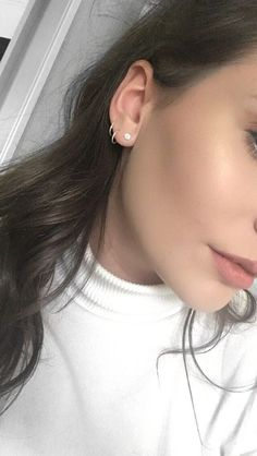 Trending Ear Piercing ideas for women. Ear Piercing Ideas and Piercing Unique Ear. Ear piercings can make you look totally different from the rest. Piercing Lobe Oreille, Ear Piercing Helix, Piercing Eyebrow, Cute Ear Piercings, Piercing Tattoo, Triple Lobe Piercing, Ear Piercing Names, Ear Piercings Chart, Ear Piercings Tragus