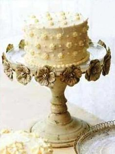This cake stand seriously makes me want to bake a big fluffy cake.