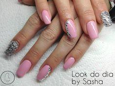 Hoje no nosso #lookdodia temos o trabalho da nossa técnica Sasha Crane-Smith, um look em rosa pastel com um nail art glitter silver! Para adquirir o artigo da imagem pode aceder ao nosso site: http://biucosmetics.com/ As cores utilizadas pode visualizá las no link abaixo: http://biucosmetics.com/rose-amour.html http://biucosmetics.com/geliz-glitter.html Nail art: http://biucosmetics.com/brilhantes-1-5mm-100pcs.html