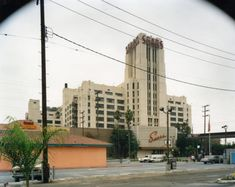 Exterior view of the Sears store on Soto Street and Olympic Boulevard, Boyle Heights, in 1997. French Crafts, Laurel Canyon, Living In La, Los Angeles Area, Le Corbusier, Santa Monica, Art World, Multi Story Building, Art Deco