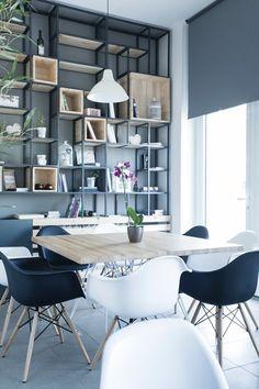 Des chaises en noir et blanc | chaises de table, décoration d'intérieur, salle à manger moderne. Plus de modèles sur http://magasinsdeco.fr/