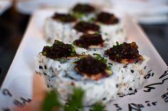 Spicy tuna uramaki  Atún picante, cangrejo natural, aguacate y cebolla confitada por encima. (Kibuka)