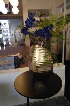 Nová ručně vyrobená váza značky SIA doplněna umělými rostlinami stejné značky. Zboží je u nás ve studiu ihned k zakoupení.  www.liniedesign.cz