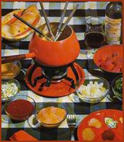 fonduen, 70 jaren, hete olie en dan met een special vorkje er een stukje vlees in verhitten onderwijl gezellig met elkaar babbelen rond de tafel.
