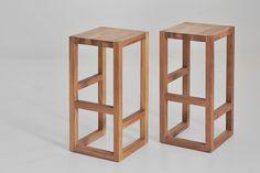 Geometrischer Design Barhocker aus lebendigem Massivholz in minimalistischer Formensprache.
