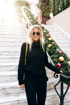 Look preto com detalhe amarelo, all black, óculos redondo Janni Delér,