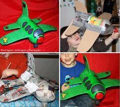 Excelente actividade para fazer com o seu filho. Só precisa de garrafa PET, cartão, jornal e cola.  Veja mais em http://www.comofazer.org