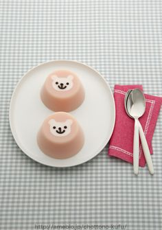 bear strawberry jelly Currey we need to make these! Cute Food, Good Food, Yummy Food, Desserts Japonais, Cute Desserts, Japanese Sweets, Food Humor, Creative Food, Food Design