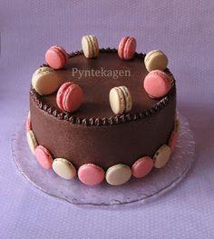 Mudcake with raspberry, ganache and macarons