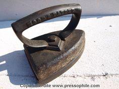 Ancien fer à repasser en pierre. Un bloc en pierre monté entre la semelle et l'anse pour donner un certain poids au fer. 1887  Etats-Unis