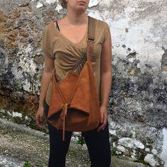 Arlequin est un moyen de sac besace grand avec un design très élégant authentique. Il peut être porté comme un travers sac de corps que ce soit comme un sac à bandoulière, réglage de la longueur de la sangle qui est faite de matériel de web robuste de coton, attaché à une partie en