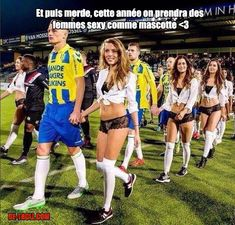 A Dutch football team replaced their mascots with lingerie models for their Valentine's Day match. Well, the look on those guys' faces says it all. Best Funny Pictures, Cool Pictures, Beautiful Pictures, Funny Jokes, Hilarious, Video Humour, Football Highlight, Sporty Girls, Sports Humor