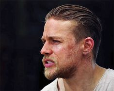 Welcome to Hunnam Source, your number one source for everything Charlie Hunnam, best known for his role of Jax Teller in FX drama show Sons of Anarchy, Raleigh Becket in Pacific Rim and Perceval Fawcett in the upcoming movie The Lost City of Z. Charlie Sons Of Anarchy, Roi Arthur, King Arthur, Beard Haircut, Badass Style, Boy Cuts, Slicked Back Hair, Charlie Hunnam, Hair And Beard Styles