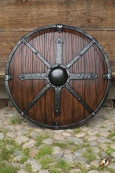 Viking shield is a symbol of both physical and mental defense. Shield accented the beauty of the Viking ship when they were arrayed along the gunwales. Escudo Viking, Viking Life, Viking Art, Vikings, Viking Sheild, Viking Shield Design, Viking Culture, Beil, Great Warriors