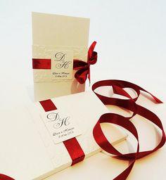 Elegante elegante invito a nozze in bianco ghiaccio e Bordeaux, con nastro di raso, rilievo Handmade e monogramma, con una scatola di corrispondenza, campione