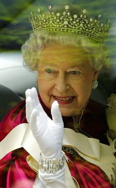 Westminster, the Queen does not wear the crown for the Queen's Speech - Fashion - D.it Republic Queen Love, Save The Queen, Queen Mary, Queen Elizabeth Ii, Royal Jewels, Crown Jewels, Order Of The Garter, Fashion D, Queen Pictures