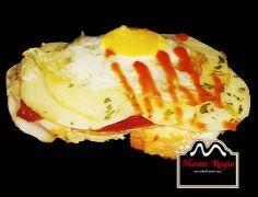 Rebanada de pan tostado, jamón ibérico Monte Regio, patatas panaderas y huevo de codorniz ¡Delicioso!