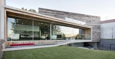 Dezanove House. Location: nei pressi dell'estuario del fiume Arousa, in Galizia (Spagna del nord); firm: Iňaki Leite Architects; materials: uso di legno riciclato come componente fondamentale del sistema costruttivo dell'edificio.