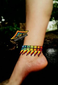 Tobillera en Mostacilla checa #accesorios #mostacillas #bisuteria #hechoconamor #tobilleras Beaded Anklets, Beaded Choker Necklace, Bead Earrings, Beaded Bracelets, Bead Loom Patterns, Beaded Jewelry Patterns, Beading Patterns, Beadwork Designs, African Necklace