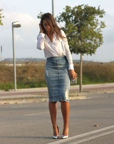 5 Ways to Wear a Denim Midi Skirt pencil cut denim distressed style Denim Skirt Outfits, Komplette Outfits, Casual Outfits, Fashion Outfits, Womens Fashion, Fashion Trends, Denim Skirts, Denim Pencil Skirt Outfit, Casual Shoes