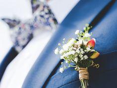 arrangement white flowers on bed Groom's Boutonniere Best Man Wedding, Free Wedding, Wedding Day, Wedding Attire, Luxury Wedding, Elegant Wedding, Perfect Wedding, Aperture Photography, Wedding Toasts