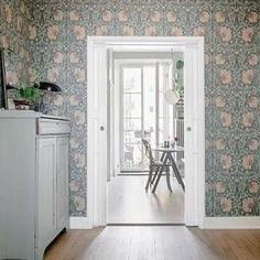 William Morris & co Pimpernel William Morris Tapet, William Morris Wallpaper, Morris Wallpapers, Living Room Scandinavian, Living Room Green, Entrance Hall, Entry Hallway, Elle Decor, Home Decor Inspiration