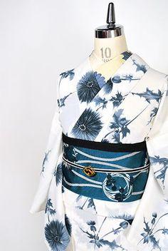 白の地に大胆でいて繊細な情趣を感じさせてくれるアザミの花が美しくデザインされた夏着物風の化繊浴衣です。