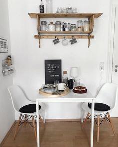 Essplatz | SoLebIch.de Foto: about.cln #solebich #küche #ideen #streichen #wandgestaltung #skandinavisch #ordnung #offene #einrichtung #gestalten #arbeitsplatte #dekoration #renovieren #insel #kitchen #interior #interiorideas #schwarz #weiß