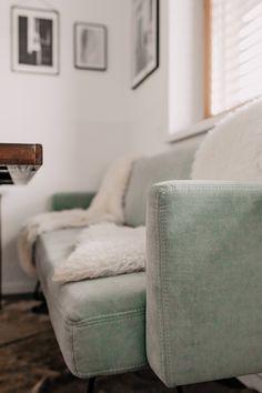 So haben wir unsere offene Wohnküche eingerichtet und gestaltet. Auf dem Interior Blog zeige ich dir heute unsere Küche sowie den gemütlichen Essbereich. Alle Details und Produkte habe ich dir im Beitrag verlinkt. www.whoismocca.com #wohnküche #essbereich #einrichtungsideen New Years Eve Party, Ottoman, Comfy, Chair, Interior, Furniture, Home Decor, Style, Decorations