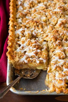 The Best apple pie with Crumb Topping is perfect pie for the holidays!♥ The Best apple pie with Crumb Topping is perfect pie for the holidays! Perfect Apple Pie, Best Apple Pie, Best Apples For Pie, Köstliche Desserts, Delicious Desserts, Dessert Recipes, Desserts For A Crowd, Apple Desserts, Plated Desserts