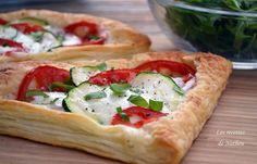 Feuilletés aux courgettes, tomates et mozzarella 30min pour 2 personnes 1 pâte feuilletée ronde 1 tomate 1/4 de courgette 1 boule de mozzarella du basilic frais origan séché poivre noir huile d'olive