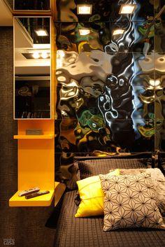 Há espelhos ao lado da janela, em parte do forro e na porta do nicho junto à cama, além dos revestimentos espelhados nas portas do armário e na cabeceira. Projeto de Only Design.