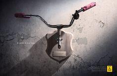 「人狩り」に注意! 今までにないアプローチで自転車事故防止を訴える広告 ブラジルでは自動車とサイクリストの事故が多発し、社会問題になっていました。  そこで「Respeite Um Carro a Menos」という非営利団体は、自動車運転手に注意を促し、意識を高めてもらうための方法としてユニークな広告を制作しました。  お金持ちの家にありそうなイメージの、「鹿の角の壁飾り」。そのオブジェを想起させるように、自転車のハンドルが壁に飾られているビジュアルです。  キャッチコピーには「HUNTED AT NIGHT.(夜に狩られました)」と書かれ、夜間に事故に遭ってしまったことをにおわせています。  ブラジルでは毎日、多くのサイクリストが殺されています。 サイクリストに対してもっと敬意を持ちましょう。 サイクリストを狩るのをやめましょう。  大人が乗るものだけでなく、子供が乗りそうな自転車のデザインと、そのハンドルが痛々しく歪んで飾られているビジュアルが、事の深刻さを伝えています。  ただ交通安全を訴えるよりも、こうして何かに例えることで関心を集める工夫は、特に啓蒙広告