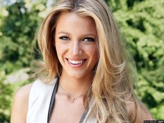 Blake Lively definitely knows how to look lively with her gorgeous voluminous hair flowing so naturally down, parted at the center giving her such a cheerful and sexy vibe. Blond highlights