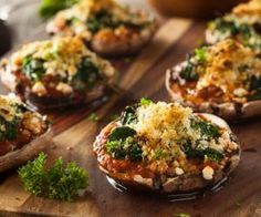 These stuffed portobello mushrooms are the ideal vegetarian dinner, served with a mixed leaf salad. Who said winter food can't be warming and delicious? Stuffed Portabello Mushrooms, Cheese Stuffed Mushrooms, Stuffed Mushroom Caps, Mushroom Appetizers, Mushroom Recipes, Portobello Rellenos, Champignon Portobello, South Beach Diet, Spinach And Cheese