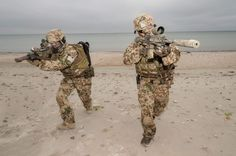 Ausweichen und Feuergefecht am Strand.   (Foto: Bundeswehr/ Martin Stollberg)  #GermanNavySeals #Bundeswehr #Germany #Kampfschwimmer #Frogmen #Marine #KSM #SpecialForces