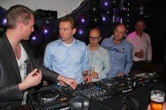 Concentratie bij de mannen tijdens de dj workshop