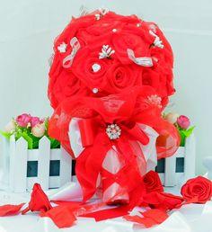 Buquê de Organza Cristal vermelho  decorado com  e cristais e mini rosas de cetim. Coroa em renda e organza com lindo laço arrematado por broche de pérolas e cristais  Tamanho:35cm (A) 20cm( L) aproximadamente  Podemos fazer em outras de cores, exemplo:lilás, preto, púrpura,etc.  Enviamos para todo o Brasil e exterior em caixa de papelão reforçado envolto em plástico bolha e papel de seda para evitar danos ao produto.  Podemos fazer outros itens nas mesmas cores cores do buquê, tais como…