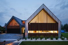 Two Barnes House by RSPlus 7
