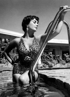 20 Rare Vintage Photos of The Gorgeous Elizabeth Taylor From Early Days To Hollywood Diva Hollywood Fashion, Mode Hollywood, Hollywood Divas, Hollywood Glamour, Vintage Hollywood, Hollywood Icons, Hollywood Star, Hollywood Actresses, Sophia Loren